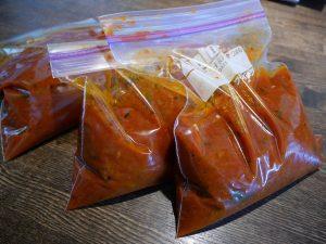 完熟のトマトを大量にバジルと煮込んでトマトソースに。冷凍で長期保存も