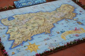 フニクラ頂上駅真下の巨大なマヨルカ焼きタイルのカプリ島全景図