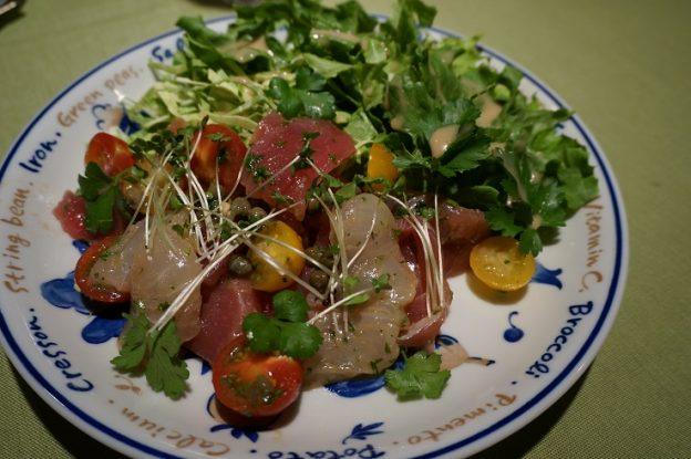 レタス、イタリアンパセリ、ミニトマトのサラダに鯛、マグロ、ブリのカルパッチョ