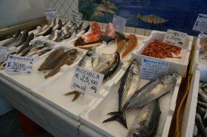 南イタリア・ソレント郊外小さな町の魚屋さん