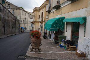 いつも通るローマ通りのタバッキ、正面奥のT看板