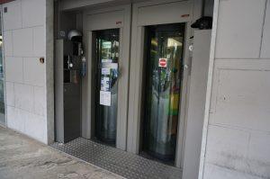 D銀行の入口、セキュリティガードは厳しく店内にも簡単に入れない