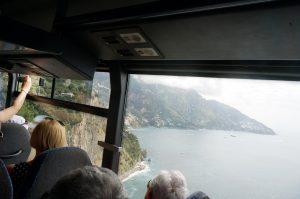 アマルフィ海岸の断崖絶壁の曲がりくねった道を走る